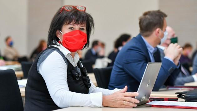 Birgit Gerstorfer mit Maske im Corona-Ausweichquartier des Landtags (Bild: Harald Dostal)