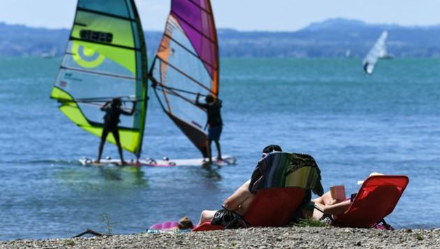 Noch lädt der Bodensee nicht zum Baden ein. (Bild: APA/dpa/Felix Kästle)