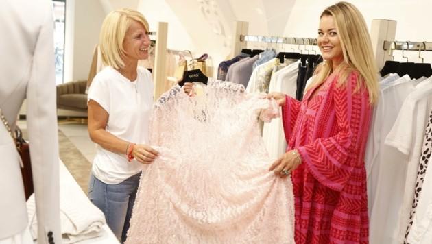 Ein luftiges Design um 340 Euro findet Eva Bamberger bei Katharina Schnöll von WOW - in Style. (Bild: Tschepp Markus)