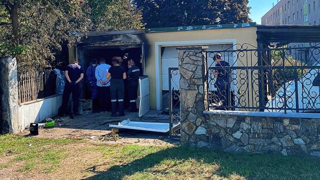 Am Tag nach dem Brand untersuchten Ermittler die Garage.