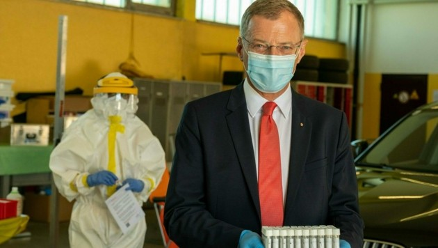 Der oberösterreichische Landeshauptmann Thomas Stelzer (ÖVP) bei der Corona-Drive-In-Teststation in Ansfelden. (Bild: APA/FOTOKERSCHI.AT/KERSCHBAUMMAYR)