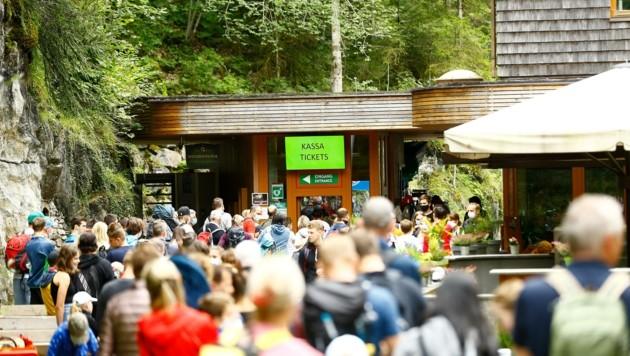 Vor der beliebten Liechtensteinklamm im Pongau tummeln sich Einheimische wie Touristen.