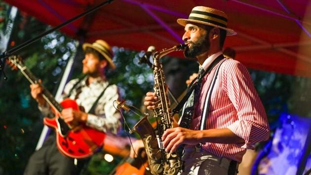 """Die """"Schwing Jazz Band"""" beim Konzert an der """"Ranch"""". Danach folgte """"Neon & the Deons""""."""