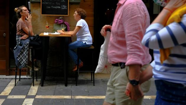 Rauchen darf man in Spanien nur mehr mit Mindestabstand - auch im Freien.