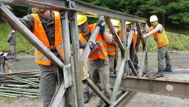 Pioniere stellen Behelfsbrücke in St. Kathrein am Hauenstein fertig (Bild: Österreichisches Bundesheer)