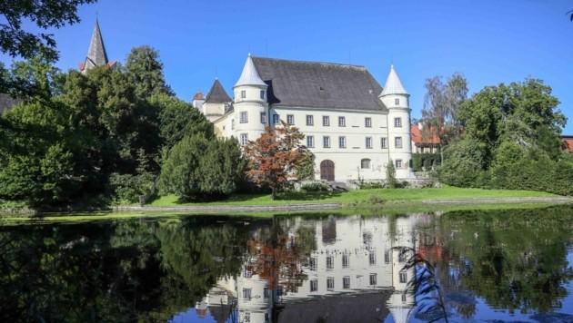 Auf einer Halbinsel am Inn gelegen: das Renaissanceschloss Hagenau in St. Peter am Hart (Bild: Scharinger Daniel)