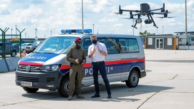 Innenminister Karl Nehammer bei der Demonstration einer Drohne am Mittwoch