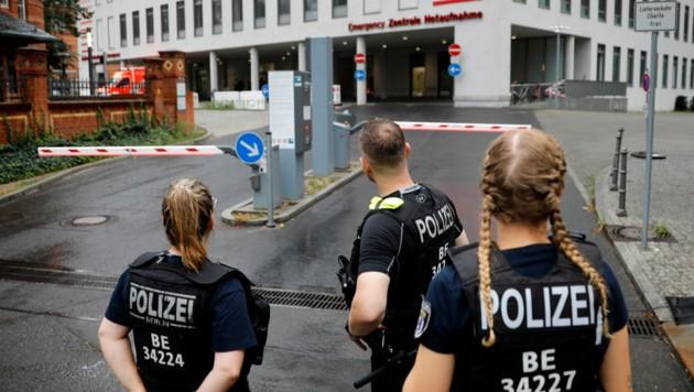 Polizisten warten vor der Berliner Charité auf den Kreml-Kritiker Alexej Nawalny, der am Samstagvormittag auf dem Flughafen in Berlin-Tegel gelandet ist. (Bild: AP)