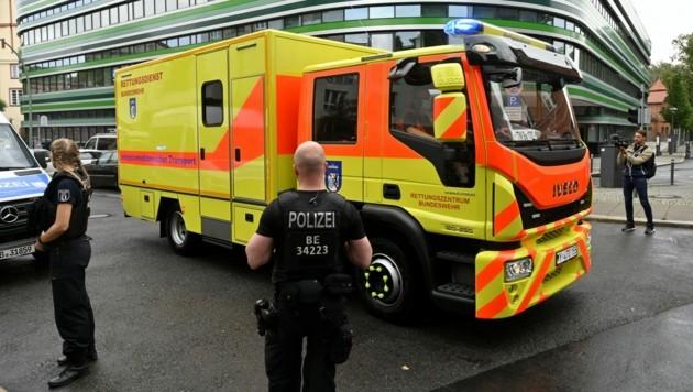 Ein spezieller Krankenwagen der deutschen Bundeswehr brachte Nawalny vom Flughafen Berlin-Tegel in die Berliner Charité zur weiteren Behandlung. (Bild: AFP )