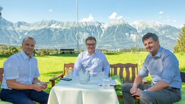 """Tolles Panorama beim """"Isserwirt"""" in Lans: Tirols Landeshauptmann Günther Platter im Gespräch mit Tiroler """"Krone""""-Chefredakteur Claus Meinert (re.) und dem Chef vom Dienst, Markus Gassler."""