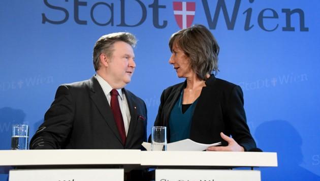 Bürgermeister Michael Ludwig (SPÖ) liegt in den Umfragen zur Wien-Wahl in Führung, Vizebürgermeisterin Birgit Hebein liegt mit den Grünen derzeit hinter der ÖVP auf Platz drei. (Bild: APA/HANS KLAUS TECHT)