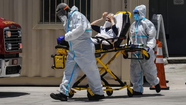 Eine Corona-Patientin in Miami wird verlegt. (Bild: AFP)