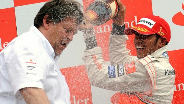 McLaren-Mercedes-Pilot Lewis Hamilton duscht Sportchef Norbert Haug: Ein Bild aus dem Jahr 2008
