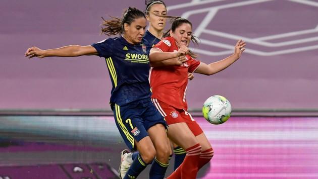 Bayern Münchens Sarah Zadrazil (re.) im Zweikampf mit Amel Majri (Bild: AP)