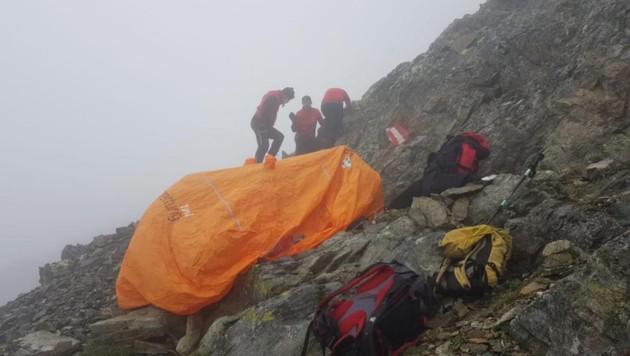 Die Wanderer mussten aus steilem Felsengelände bei Wind und Wetter gerettet werden.