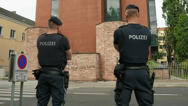 Die Jüdische Synagoge Graz wird derzeit von der Polizei bewacht, um weitere Angriffe zu verhindern. (Bild: Sepp Pail)