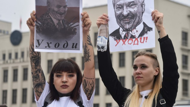 """Women protest against disputed presidential elections results on Independence Square in Minsk on August 23, 2020. The placards depict Belarus' President Alexander Lukashenko and read """"Sasha (Alexander Lukashenko) go away"""". (Photo by Sergei GAPON / AFP) (Bild: AFP )"""
