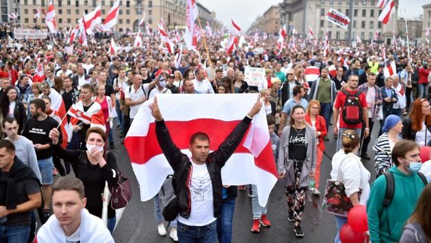 Am Sonntag nahmen in der weißrussischen Hauptstadt Minsk wieder Zehntausende Menschen an Demonstrationen gegen Lukaschenko teil. (Bild: AFP)