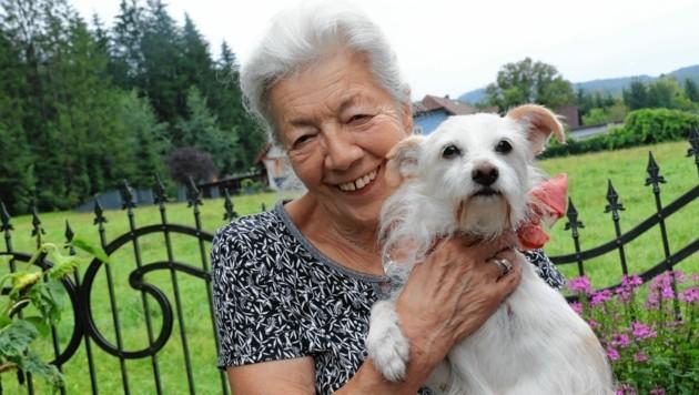 """Erika F. und ihr Hunderl """"Luna"""" sind ein Herz und eine Seele. (Bild: Christian Jauschowetz)"""