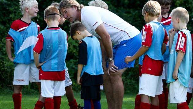 Hat momentan auch viel Gesprächsbedarf, nicht nur bei seinen Kindercamps: Grünau-Coach Franz Aigner. (Bild: Tröster Andreas)