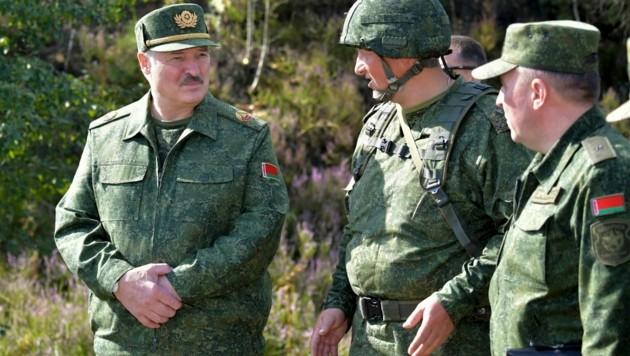 Der weißrussische Präsdient Alexander Lukaschenko im Gespräch mit Soldaten (Bild: AP)