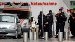 Polizeipräsenz vor der Berliner Charite (Bild: APA/AFP/ODD ANDERSEN)