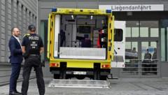 In diesem Rettungswagen wurde Nawalny in die Berliner Charité eingeliefert. (Bild: APA/AFP/JOHN MACDOUGALL)