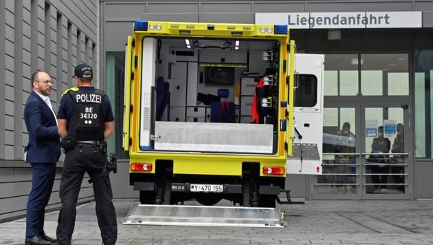 Polizeipräsenz vor der Berliner Charité (Bild: APA/AFP/JOHN MACDOUGALL)