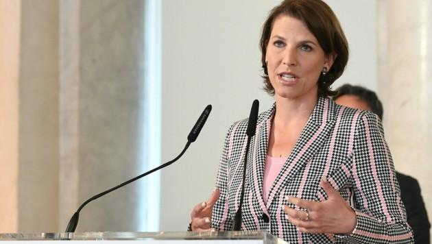 Ministerin Edtstadler: Bald gibt es Pass und Staatsbürgerschaft für die Nachfahren von Vertriebenen.