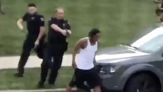Ein Video auf Twitter zeigt die dramatischen Szenen: Jacob Blake geht, gefolgt von Polizisten mit gezogener Waffe, zu seinem Auto. Als er einsteigt, packt ihn ein Polizist, dann werden sieben Schüsse abgefeuert ...