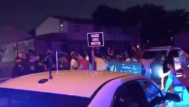 Nach den Schüssen kam es zu Protesten: Eine Menschenmenge zog durch die Straßen und bewarf Polizisten mit Steinen und Molotow-Cocktails.