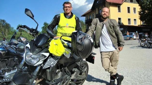 Fahrlehrer René(links) und sein Schüler Dominik finden die kurvige Strecke zum Erlaufsee ideal zum Üben.