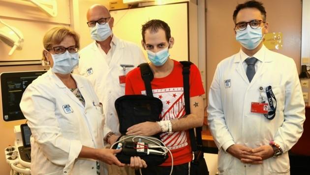 Die Ärzte Tschernko, Laufer, Zimpfer (v. li.) mit Patient K. (Bild: Klemens Groh)