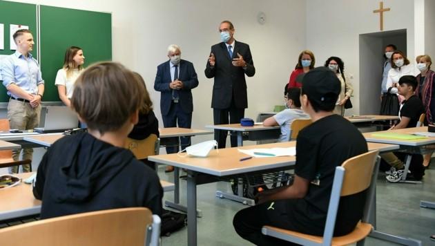 Bildungsdirektor Johann Heuras, Bildungsminister Heinz Faßmann (ÖVP) und Landesrätin Christiane Teschl-Hofmeister (ÖVP) besuchten eine Sommerschule im Gymnasium Purkersdorf. (Bild: APA/HELMUT FOHRINGER)