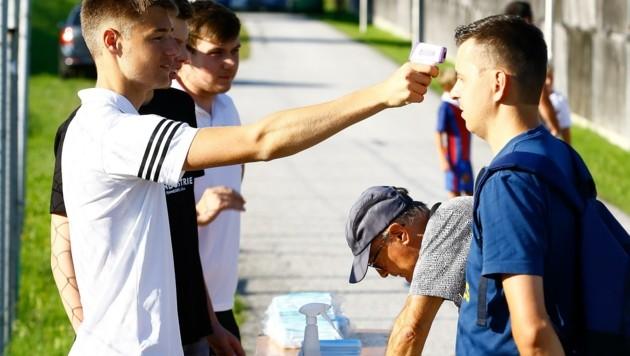 Vor den Spielen des TSV St. Johann wird bei den Fans Fieber gemessen - aber auch die Spieler und Betreuer führen ein genaues Fieberprotokoll. (Bild: Gerhard Schiel)