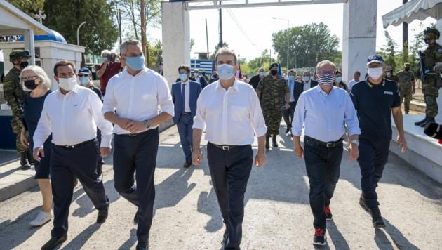 Nehammer mit griechischen Kollegen an der griechisch-türkischen Grenze in Kastanies (Bild: APA/BMI/JÜRGEN MAKOWECZ)