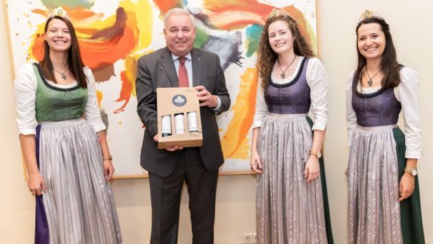 Die steirischen Weinhoheiten Katrin I, Lisa und Beatrix (v. l.) überreichten LH Hermann Schützenhöfer einen Dreierkarton vom Hoheiten-Wein.