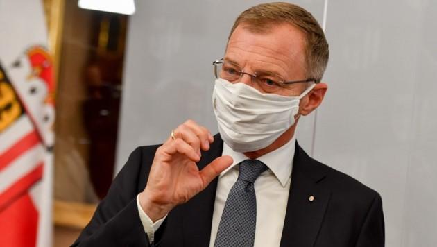 LH Thomas Stelzer, hier selbst als Maskenträger-Vorbild, lässt noch offen, ob er Lockerungen der Spezialpflicht in Oberösterreich plant.