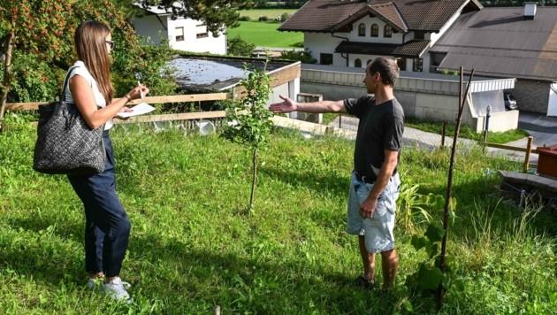 """Sonnweber in seinem Garten im Gespräch mit """"Krone""""-Redakteurin Anna Haselwanter"""