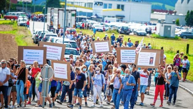 Hunderte demonstrierten im August gegen die Kündigungen bei ATB (Bild: Lucas Pripfl)