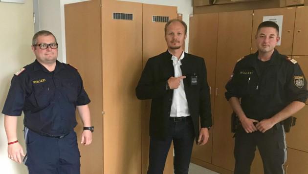 Helmut Plank, Einsatzreferat der Stadtpolizei, VP-VBM Johannes Anzengruber und Markus Hackl, Kommandant der PI Saggen. VBM Anzengruber zeigt, wo die Bodycam im Einsatz positioniert wird