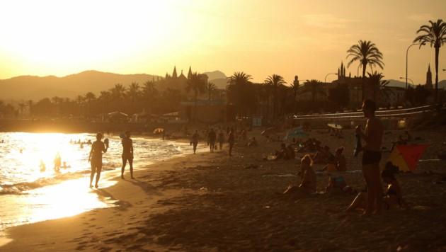 Da es in der jüngeren Vergangenheit vermehrt zu abendlichen Saufgelagen am Strand gekommen ist, sperrt die Baleareninsel Mallorca nachts die Strände. (Bild: AP)