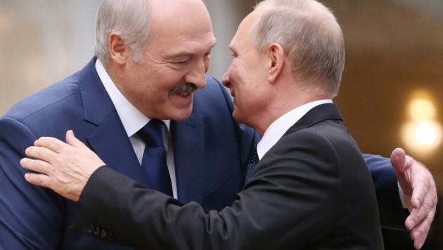 Alte Freunde: Der weißrussische Präsident Alexander Lukaschenko und sein russischer Amtskollege Wladimir Putin. (Bild: AP)