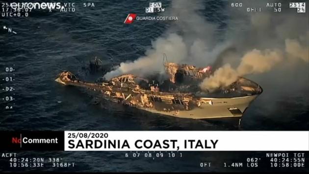 Bevor die Jacht komplett ausbrannte und schließlich sank, konnten sich alle 17 Personen an Bord in Sicherheit bringen.