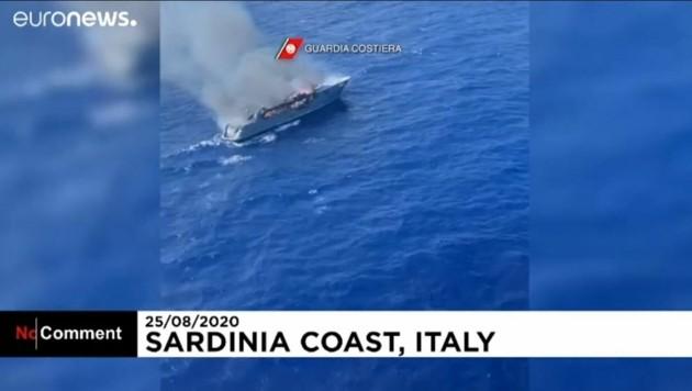 Dramatische Aufnahmen der sardinischen Küstenwache zeigen eine brennende Luxusjacht.