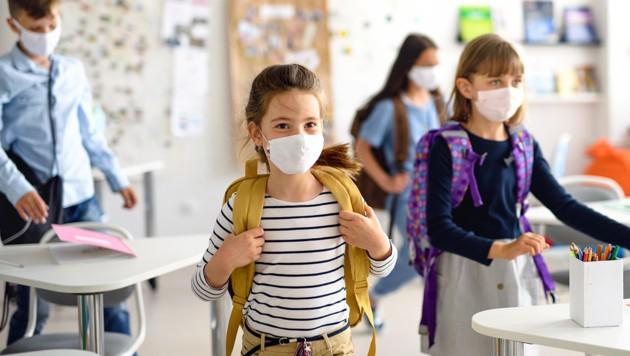 Wenn die Corona-Ampel für Schulen auf Gelb springt, gilt Maskenpflicht (Bild: stock.adobe.com)