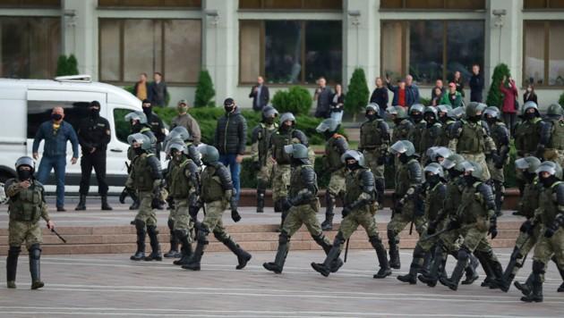 Die weißrussische Polizei sperrte den Demonstranten in Minsk den Weg ab und verhaftete laut Informationen der Opposition mehr als 260 Personen. (Bild: AP)
