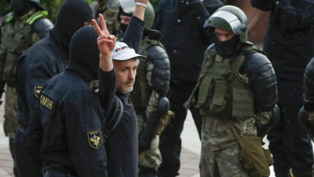 Auch 50 Journalisten sollen sich vorübergehend in Polizeigewahrsam befunden haben. (Bild: AP)