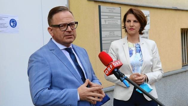 Elie Rosen, Präsident der jüdischen Gemeinde in Graz, und Ministerin Karoline Edtstadler (ÖVP) (Bild: Christian Jauschowetz)