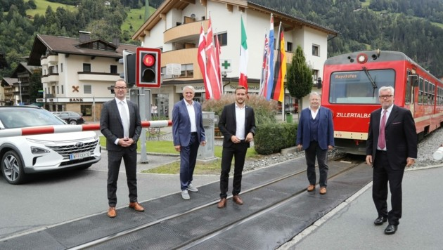 Nur wenn alle Tourismusverbände der Erhöhung der Ortstaxe zustimmen, kann laut Franz Hörl (2. v. re) die neue wasserstoffbetriebene Bahn in Betrieb gehen.